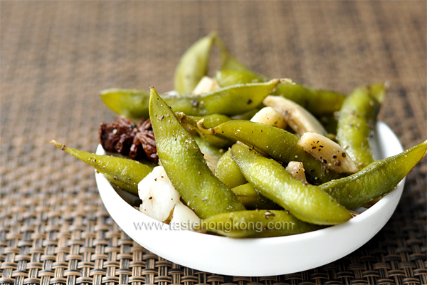 Easy and Healthy Snack: Edamame with Black Pepper and Star Anise