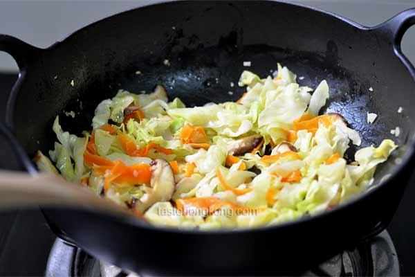 Japanese Stir-Fry Udon Noodles with Vegetables